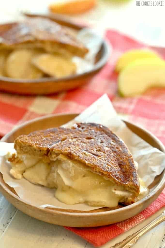 Apple Pie Grilled Cheese! Made with brie, mascarpone, and apple pie filling! AMAZING! | The Cookie Rookie