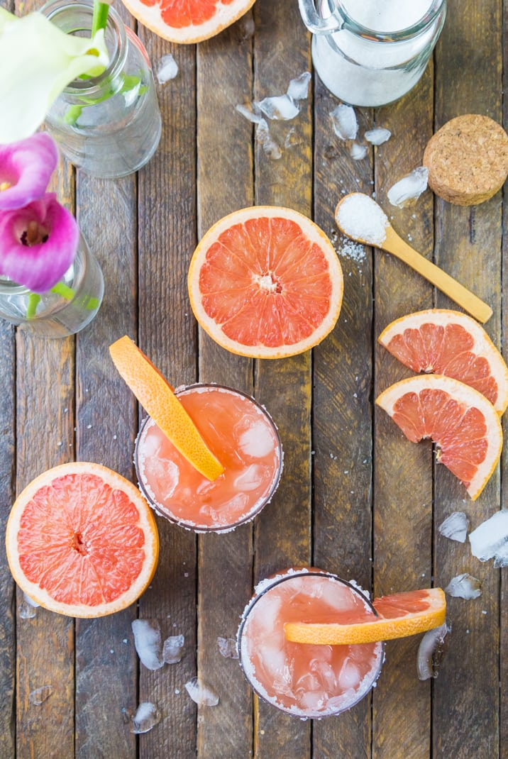 sliced grape fruits, spoons of salt, and cocktails