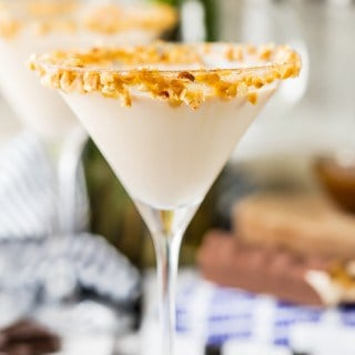 THE BEST Snickers Martini! Creamy and delicious, loaded with chocolate, caramel, and hazelnut flavors. SO CUTE rimmed with caramel and peanuts! Love this cocktail!