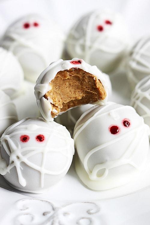 Pumpkin Cheesecake Truffle Mummies | Crème de la Crumb