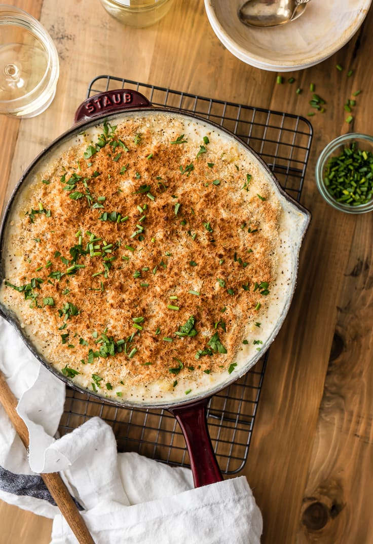 Skillet mac and cheese recipe topped with breadcrumbs
