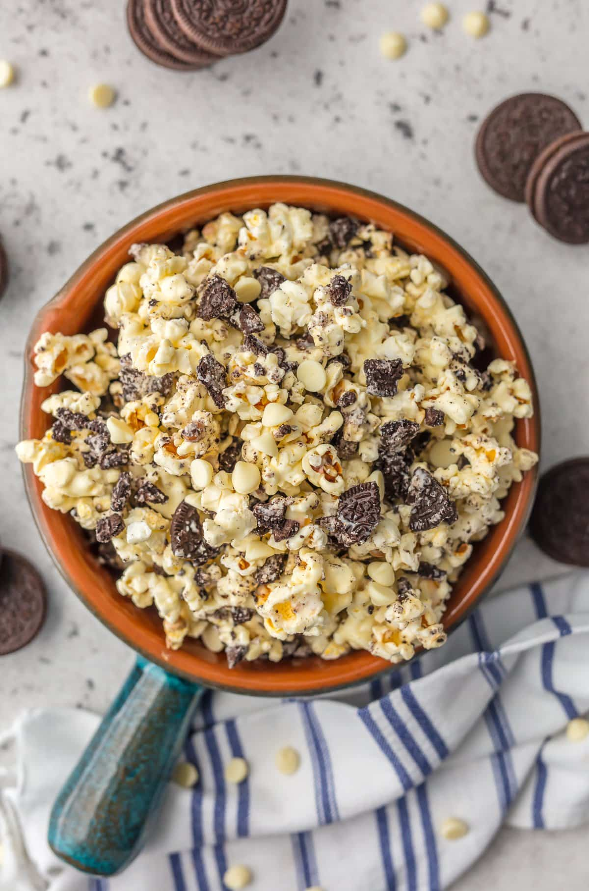 This COOKIES AND CREAM POPCORN made with white chocolate and oreos is SO easy and delicious! The perfect sweet snack for tailgating, parties, or just a simple dessert at home. Salty and sweet for the win!