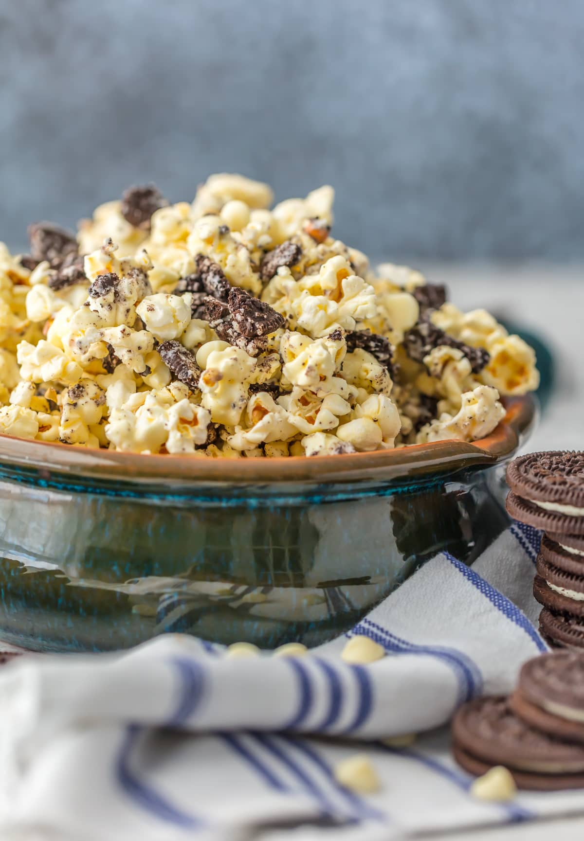 Sweet popcorn recipe with cookies and chocolate