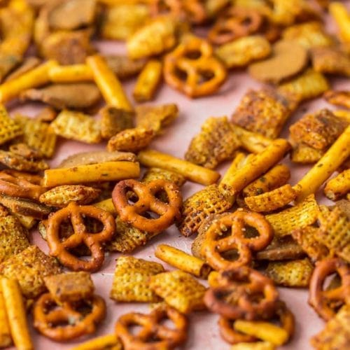 This recipe for HOMEMADE GARDETTO'S is a fun and easy way to make a delicious snack mix for your family! Love the flavor and that you can control all of the ingredients. Perfect for tailgating or holiday get togethers.