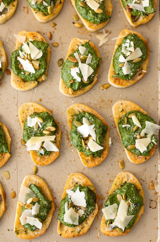 spinach dip crostinis lined up