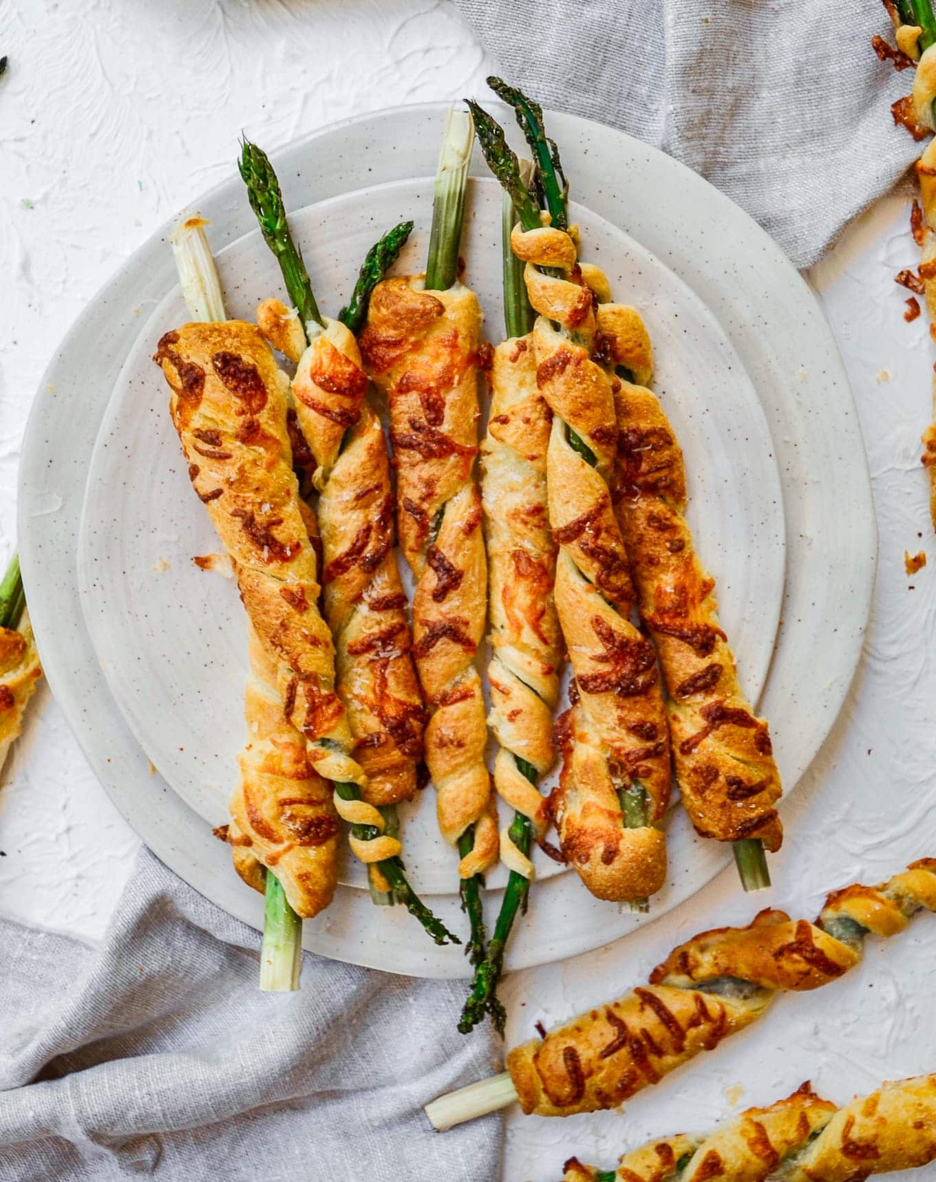 Cheesy Asparagus Crescent Roll Appetizers make eating your veggies fun! Recipe via Thecookierookie.com