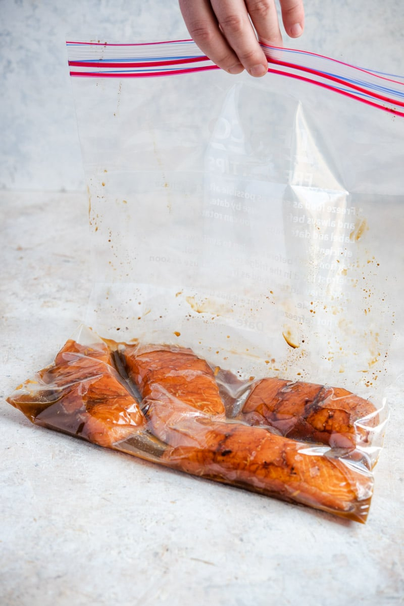 Marinating salmon in a plastic bag