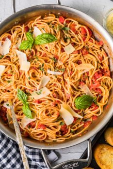 pasta pomodoro in a bowl