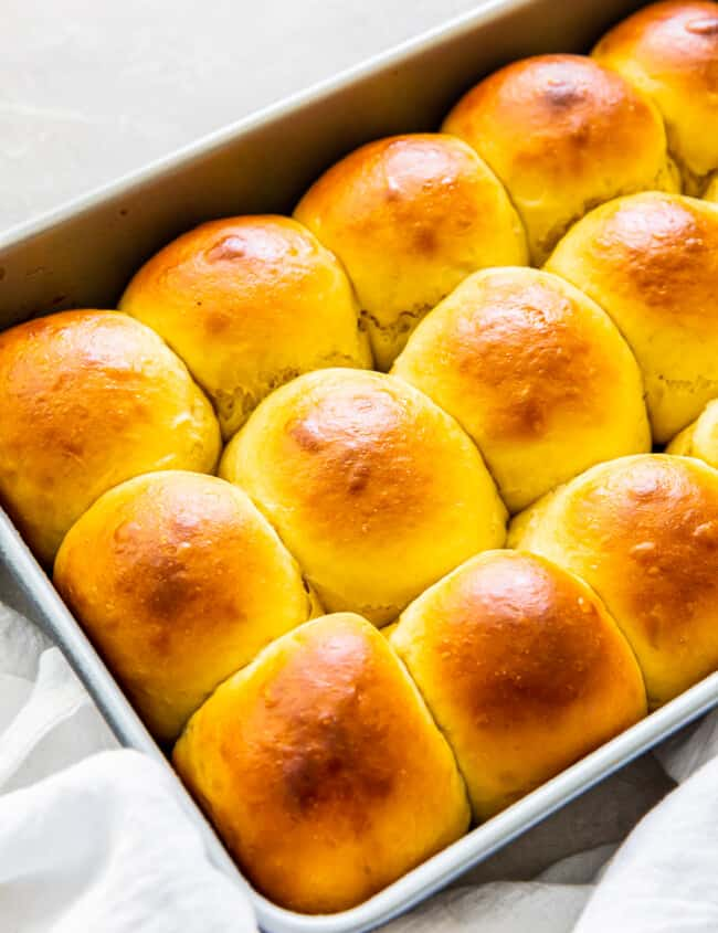 up close hawaiian rolls in pan