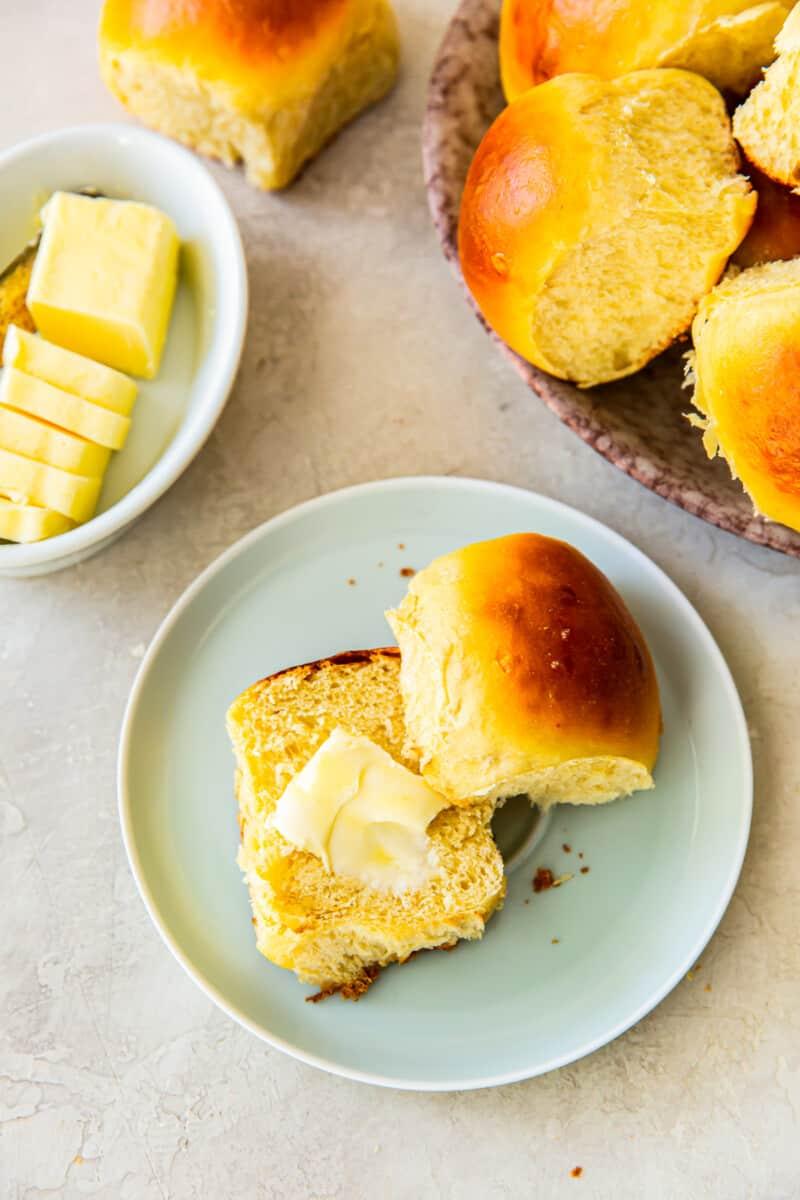 sliced hawaiian roll with butter